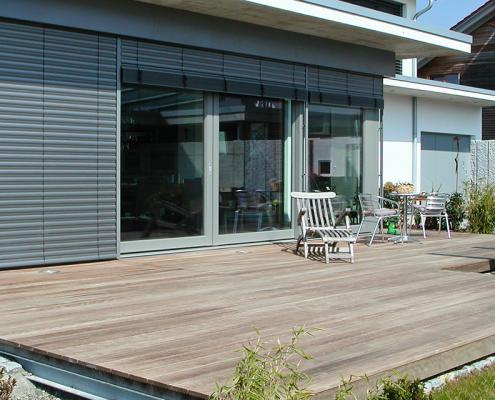 Gartengestaltung Holz Terrasse Kunstrasen Kreis Sitzbank ...